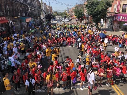 中国侨网纽约上千名市民与青少年共同清洁日落公园小区。(美国《世界日报》/颜洁恩 摄)