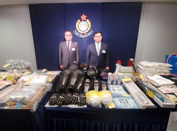 """香港警方搗毀武器庫展示證物,稱有人鼓吹使用""""強力激光炮"""""""