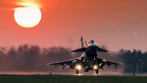 這畫面真美!殲10B戰機迎著落日余暉加力起飛