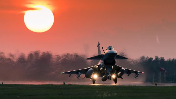 这画面真美!歼10B战机迎着落日余晖加力起飞