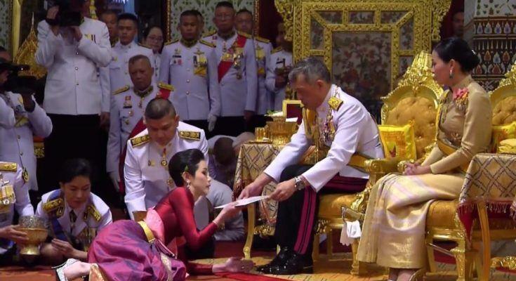 """泰国""""将军""""王后册封不足3月 女少将获封""""贵妃"""""""