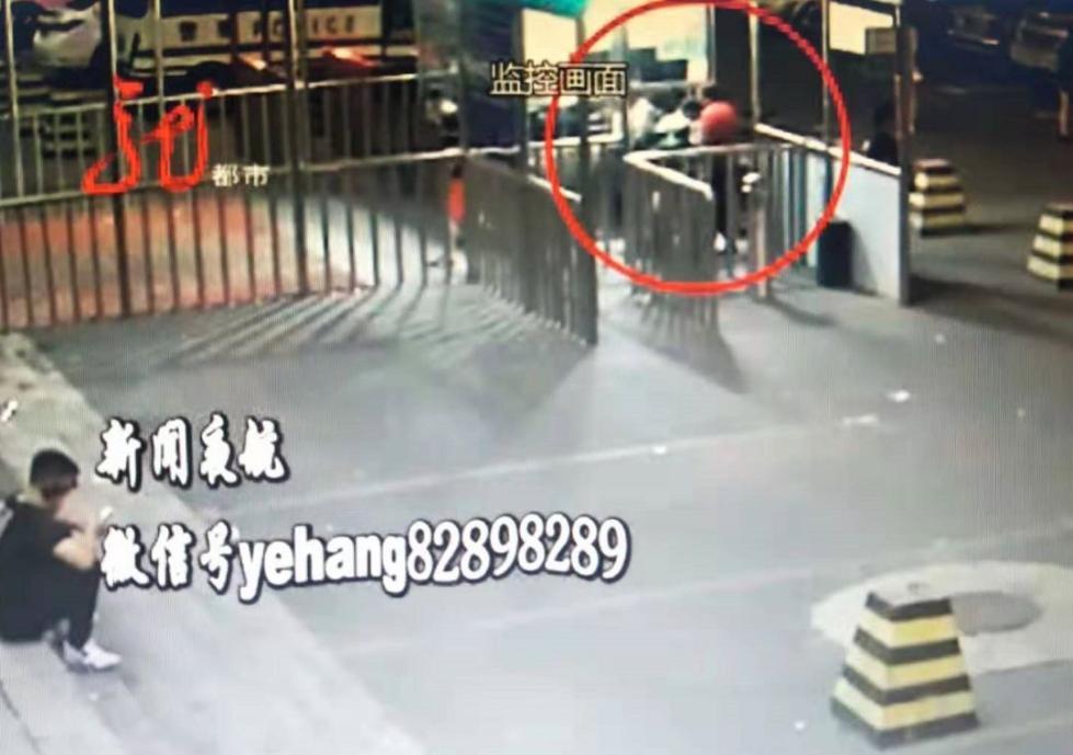 """醉汉谎称""""娃要生了"""",强闯火车站!推搡、辱骂警察和客运员"""