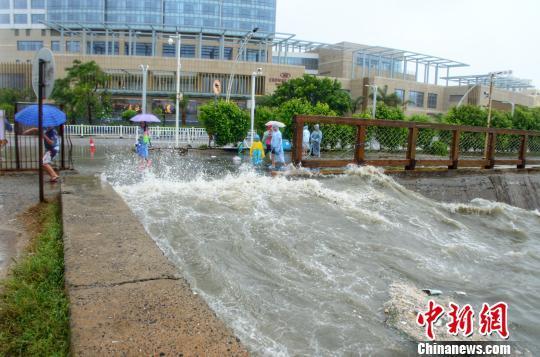 """台风""""韦帕""""过境广西沿海暴雨不断 有民众受伤"""