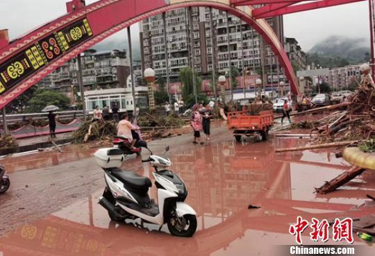 四川乐山境内多地遭遇暴雨洪涝灾害 紧急转移千余人