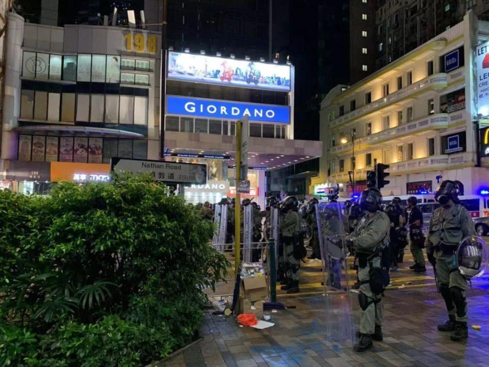 刚刚,尖沙咀警署遭纵火,暴徒使用新武器!