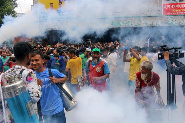 孟加拉国首都开展反登革热运动 到处一片烟雾缭绕