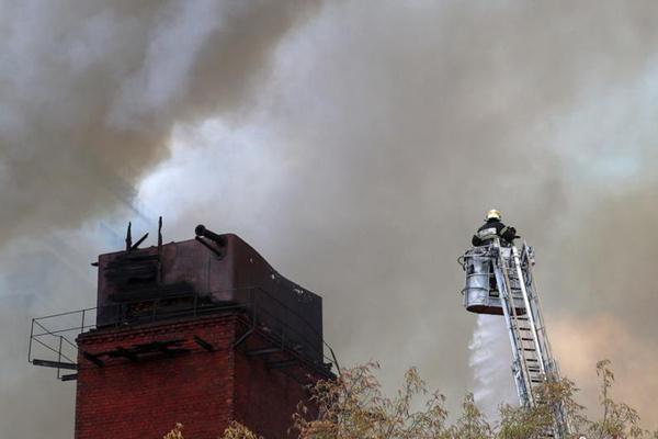 莫斯科市?#34892;?#21457;生火灾 火灾面积超2000平方米