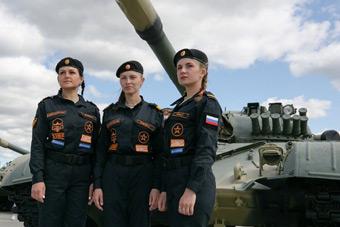 女兵車組首次亮相坦克大賽 駕燃氣輪機坦克比拼