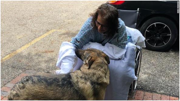 美国俄亥俄州一女子被迫截去手脚,只因伤口曾被爱犬舔舐