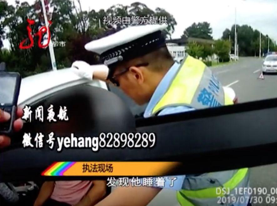 胆子真大!男子酒后驾车,还在交警队里耍酒疯!