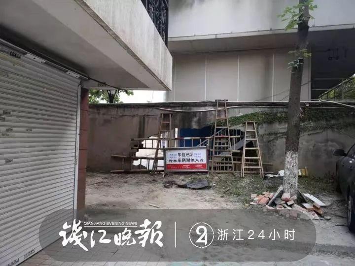 杭州男司机小区内连撞5车,围墙撞出4米宽大洞才停下!事发后车上跳下一条狗