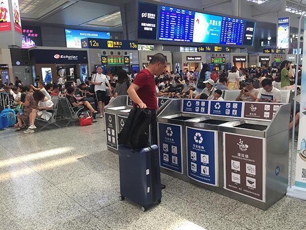 游客们与上海垃圾分类:学会的是正确投放,带回家的是新时尚
