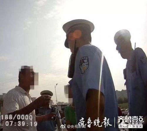 男子无证驾驶被查后抠出假眼球示威 被拘十日