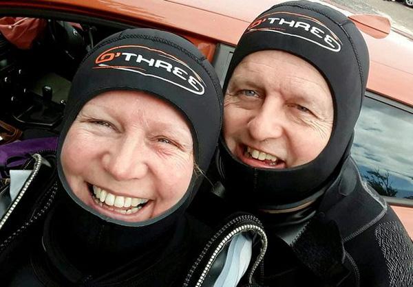 英国一对老夫妻潜水遇被困鲨鱼 割断鱼线将其解救