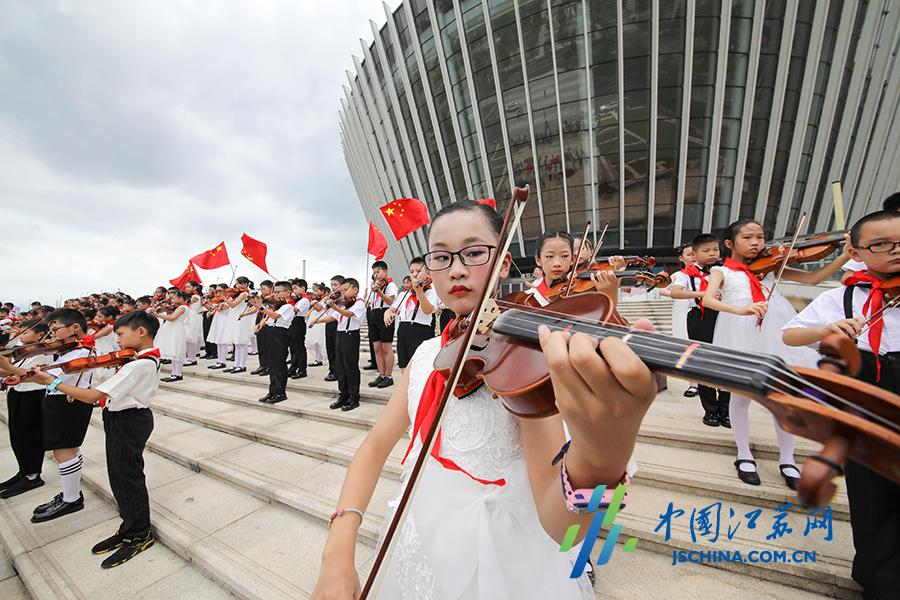两百名提琴手演奏《我们是共产主义接班人》