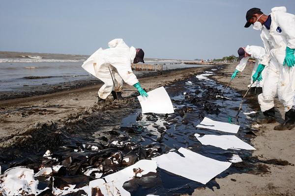 印尼海上钻井平台发生漏油事故 海滩遭污染