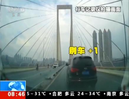 """广西南宁一司机""""蛇形走位""""连续""""别车"""" 后车司机:可能是在斗气"""