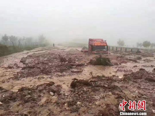 山西忻州降雨引发泥石流 环城高速部分路面被埋