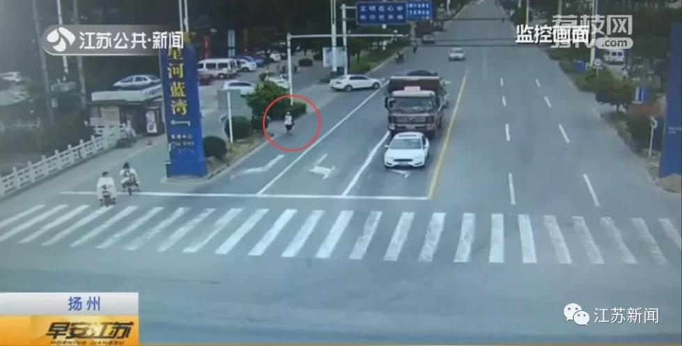 老人渣土车前横穿马路,车突然启动…明明几米外就是斑马线啊!