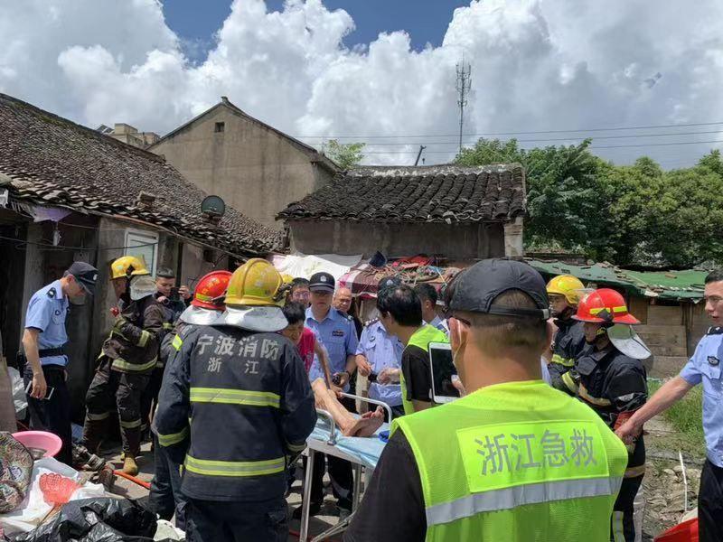 宁波镇海蛟川一木结构老房子倒塌 一女子已经被救出