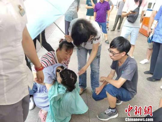 """火车上少女突发疾病 浙江桐乡""""最美教师""""伸援手"""