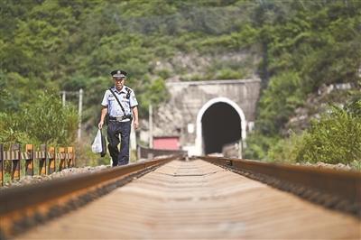 铁警巡线 每天徒步10公里