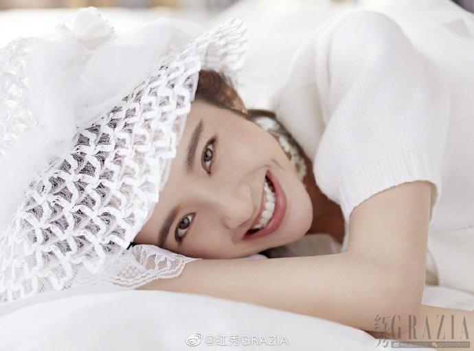 张若昀唐艺昕杂志封面合体 靠肩依偎深情对视甜蜜十足