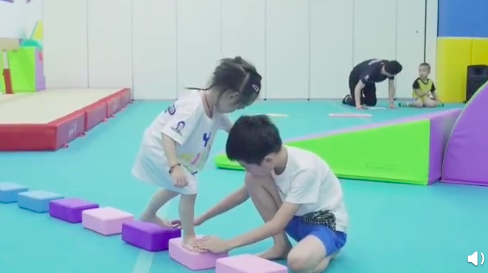 杨阳洋辅助妹妹走泡沫小跳板 结果头发被当扶手