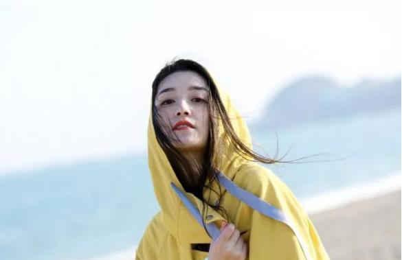 蒋依依晒素颜游泳照,湿发对着镜头玩自拍,出水芙蓉也不过如此了