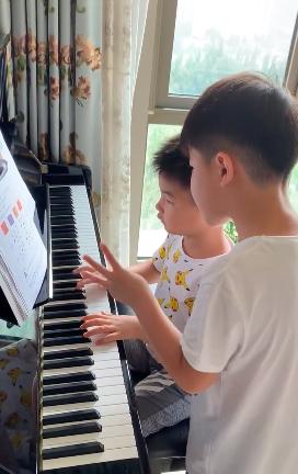 严师上线!安吉教小鱼儿弹钢琴踩节拍有模有样