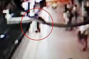 惊险!西班牙一男子地铁进站时将路人踢下轨道