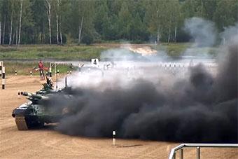 参加坦克两项赛伊朗坦克比赛中起火 浓烟滚滚