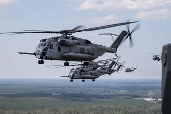 美军重型直升机飞行训练 密集编队相当震撼