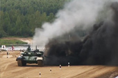 T-72坦克喷出滚滚黑烟