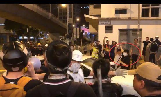 美媒记者在香港街头拍下令人震惊一幕,外国网民终于也看不下去了!