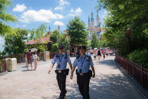 """暑假中的上海迪士尼:""""黄牛""""近乎绝迹,无证导游仍需警惕"""