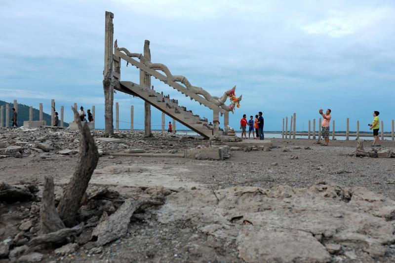 水坝水位走低 泰国一座20年前被淹没的寺庙重现