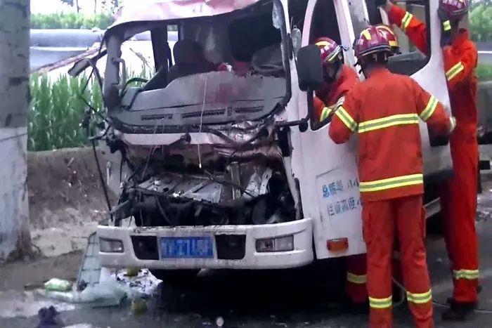 货车追尾拖拉机一人被困 山东潍坊消防紧急救援