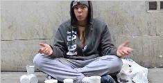 当乞丐一天能挣多少钱?老外街头亲测,比搬砖一天都挣得多!