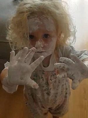 哭笑不得!英国一2岁女童趁妈妈不注意 全身涂满护臀霜
