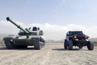 """比拼机动能力!99A坦克""""大战""""改装越野车"""