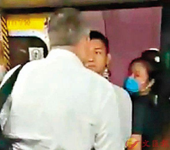 """香港暴徒对市民凶狠 被外国人骂""""滚开""""却秒怂"""