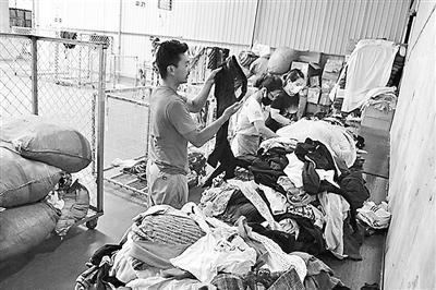 每月回收几十吨 回收箱里的旧衣物都去哪儿了