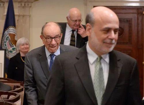 2019-08-19,伯南克(右一)、前主席格林斯潘(左二)、前主席沃尔克(右二)和耶伦共同参加美联储成立一百周年纪念活动。新华社记者张军摄
