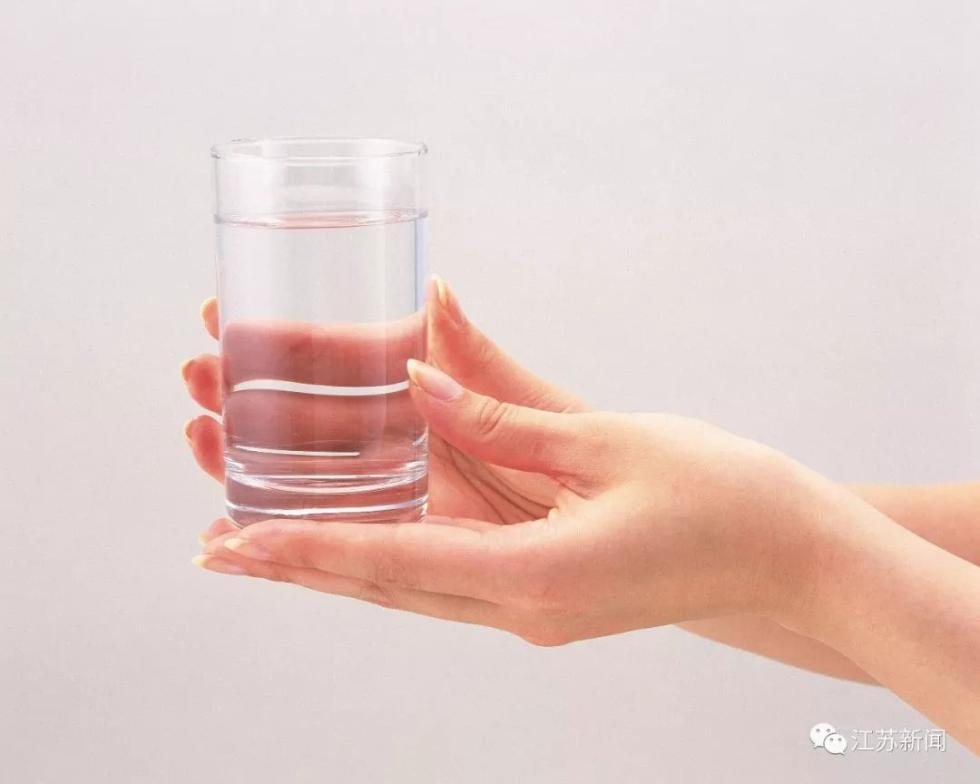 女子喝水解暑喝进了ICU!连水也不能随便喝了?