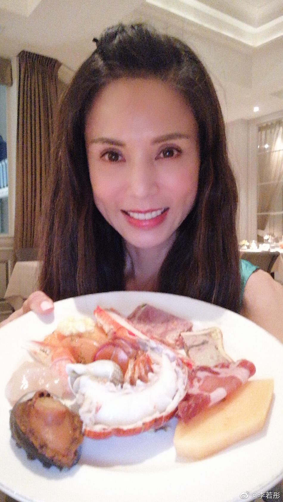 李若彤和友人提前庆祝生日 端各式美食自拍甜笑状态好