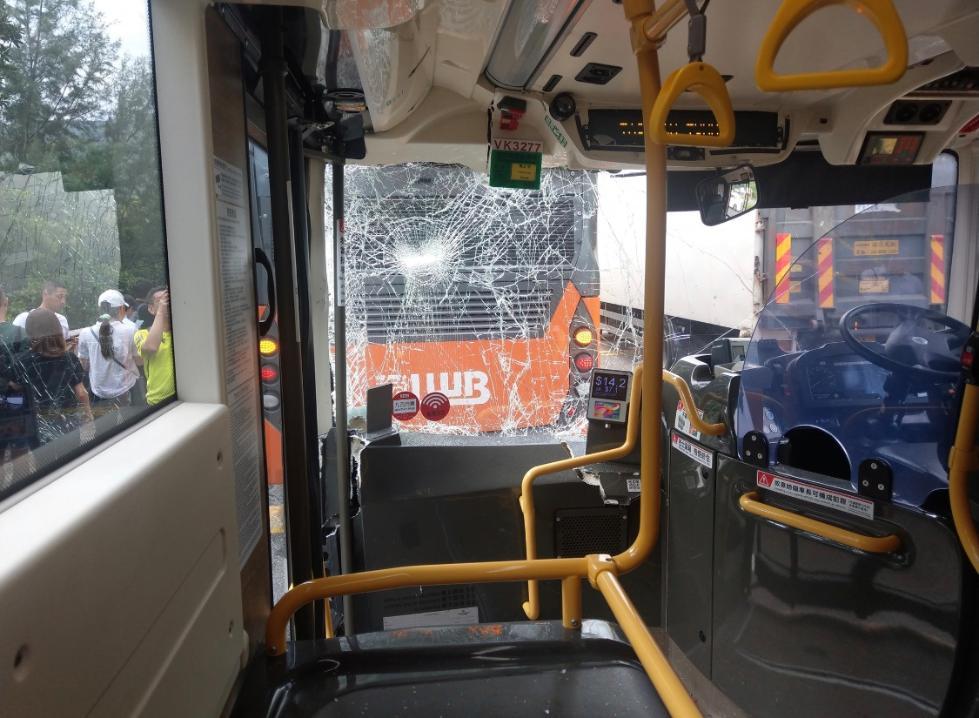 香港两大巴车相撞 造成至少12人受伤
