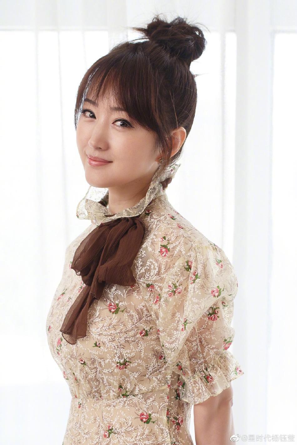 海清女演员窘境韩剧big剧情介绍杨钰莹扎丸子头对镜甜笑 穿碎花蕾丝裙手戴独身戒指