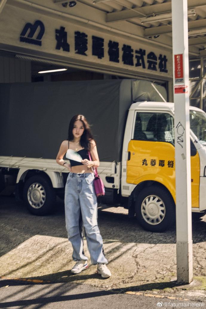 李咏女儿晒街拍美照 穿吊带露腰线秀好身材