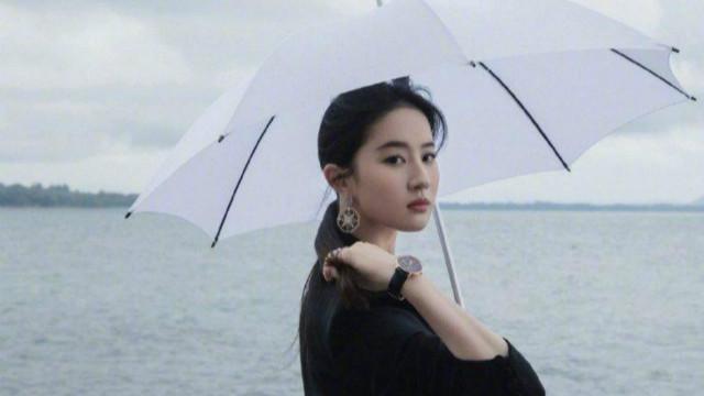 刘亦菲撑伞漫步湖边宛如画中人 西装look又御姐范十足